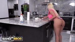 Luna Star ficando bem excitada no meio da cozinha
