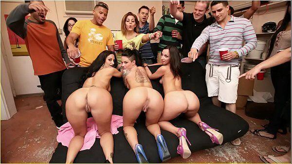 Mulheres safadonas transando em uma festinha bem foda
