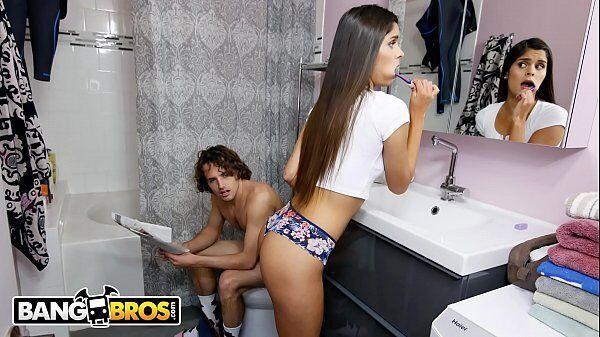 Novinha metendo gostoso com seu primo roludo dentro do banheiro