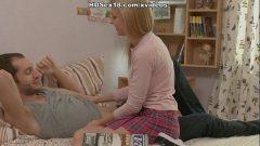 Porno na sala com a loirinha novinha pegando gostoso no pau de seu macho
