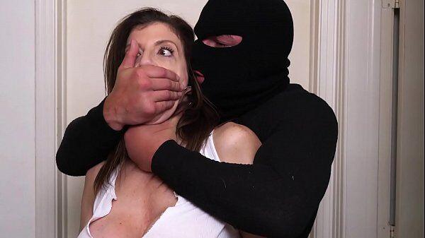 Puta vizinha gostosa dando para o ladrão que invade a sua casa em cima da cama