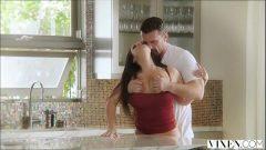 Sexo na cozinha com uma morena novinha bem sem vergonha e seu priminho bem dotado