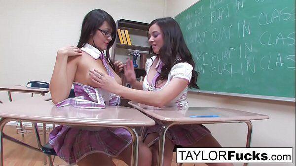 Sexo na escola com duas novinhas lindas se pegando bem gostoso