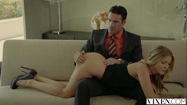 Tapinha na bunda não doi com a loira sentando no colo de seu macho