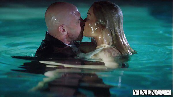 Transa dentro da piscina entre uma loira gostosa e novinha e um cara careca
