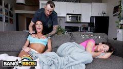 Xxx.com morena fodendo com o namorado de sua irmã no sofá enquanto ela tira uma soneca