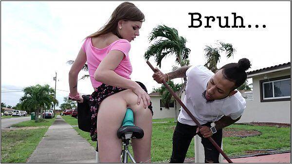 Alex Blake é flagrada andando de bicicleta no meio da rua com um consolo no seu cu