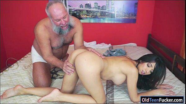 Ana transando com um velhote bem sem vergonha que consegue dar conta do recado