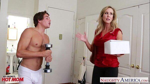 Brandi Love dando gostoso para um jovem rapaz sortudo que é seu vizinho roludo