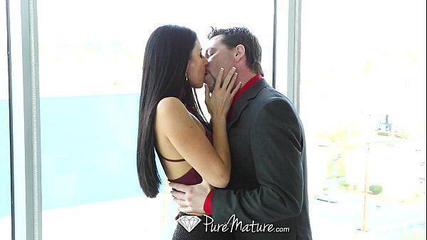 Casal selvagem fazendo um sexo gostoso e bem forte dentro do hotel luxuoso