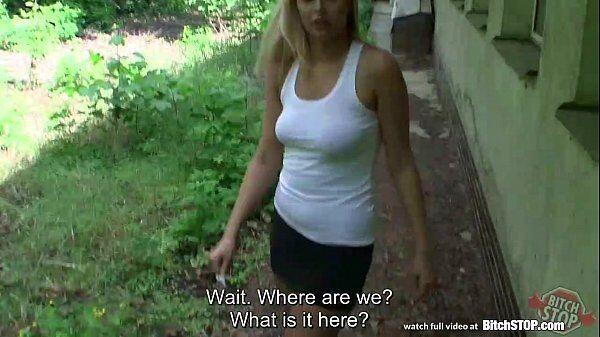 Dando no mato do quintal de casa essa loirinha sem vergonha da porra