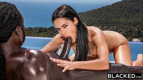 Famosas caiu na net linda morena que tem uma boquinha de veludo sem fundo caindo de boca na pica preta