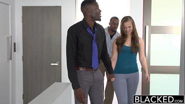 Filha da xuxa ruivinha safada em uma cena forte de sexo com um negro bem dotado e seu melhor amigo