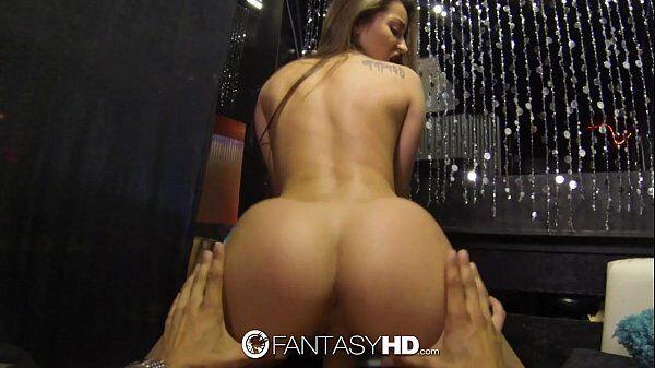 Homem de pau duro fazendo uma atriz porno gostosa sentar com tudo na sua pica