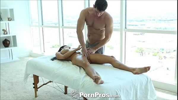 Massagista profissional comendo uma latina bem novinha e super gostosinha