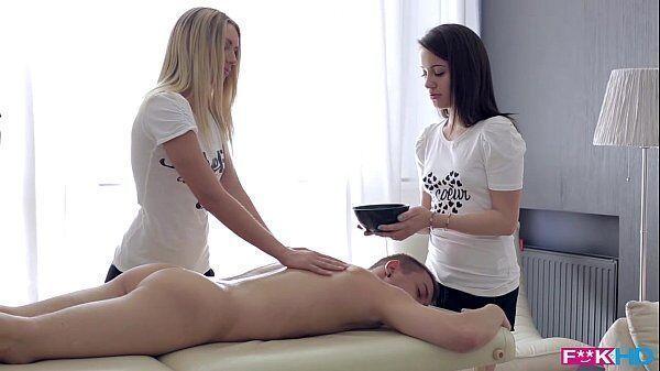 Massagistas safadas dando em cima do paciente bem dotado