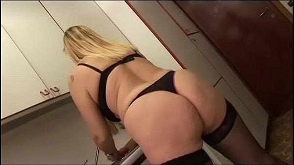 Porno Marcia Imperator loira mais velha que tem uma bunda grande entrando no ferro gostoso