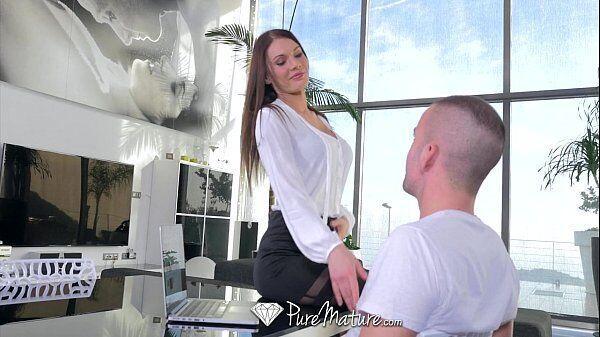 Puro porno mulher experiente que é uma coroa bem cavalona dando em cima de um cara mais novo