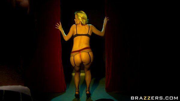 Rebolando loira sem vergonha de lingerie preta fazendo seu macho ficar cheio de tesão