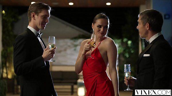Redtube brasileiro com uma atriz porno safada metendo em um festa particular com dois de uma só vez