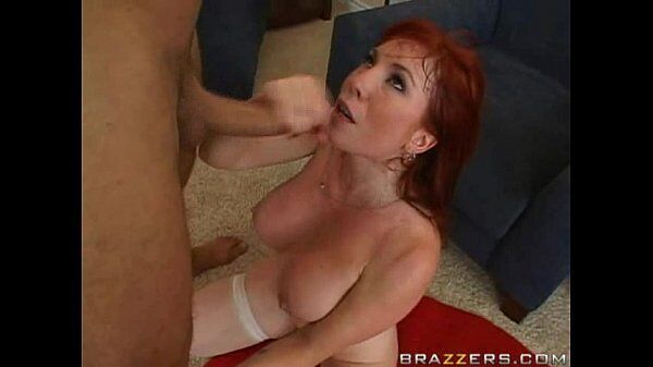 Ruiva safadinha mamando ate sair esperma da rola de seu macho para engolir