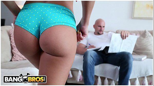 Sexi hot safada chega de calcinha na frene do maridão enquanto ele ler seu jornal