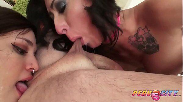 Sexo antigo mulheres devorando a mesma pica de um cara bem dotado da porra antes de meterem gostoso