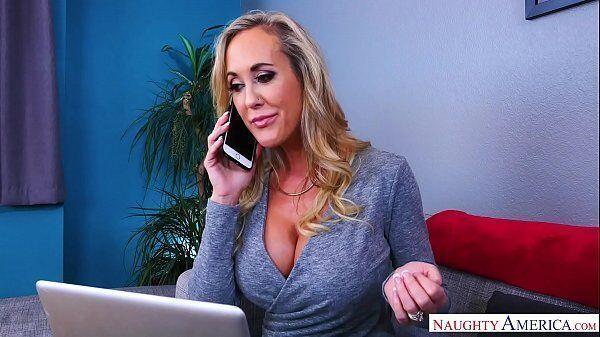 Titia gostosa com Brandi Love ligando para o seu vizinho bem dotado