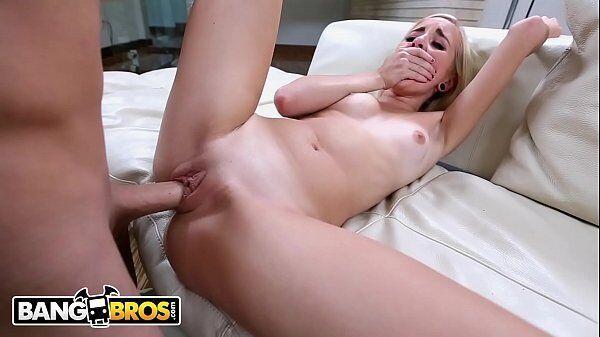 Videosamadoresreais loira safada fica toda arreganhada em cima da cama para sentir a benga lhe penetrar
