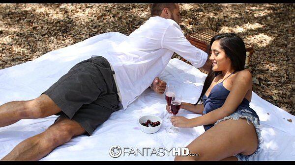Videoxxx de uma novinha morena bem gatinha fazendo um amor gostoso com seu macho depois do pique nique