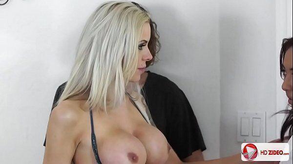 Xnx porno com uma loira gata e uma morena super linda dando gostoso para o mesmo cara