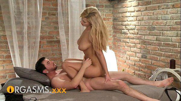 Xxx loira linda demais da conta e dona de peitos grandes dando uma sentada