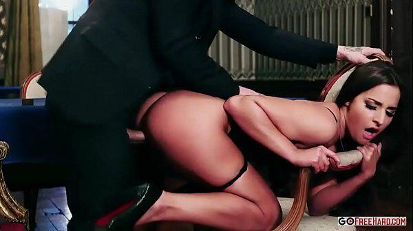 Amirah Adara de quatro fazendo o melhor sexo anal de toda a sua vida com um cara de terno e gravata