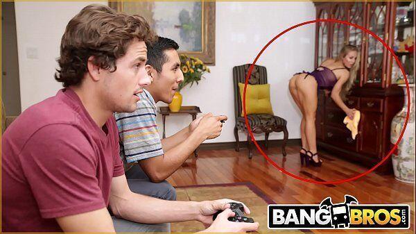 Gordinha rabuda mamãe gostosa dando em cima do amigo de seu filho enquanto eles jogam um vídeo game