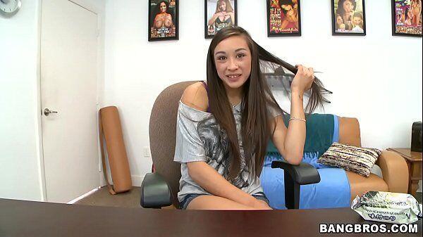 Novinha gostosa nua dando em cima de seu chefe para conseguir uma promoção