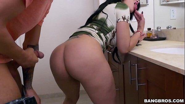 Omachoalpha cara comendo a morena da bunda grande bem no meio da cozinha