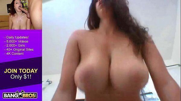 Peituda de morena dando uma transada da boa com um filho da puta da pica grande na frente de sua webcam
