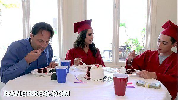 Putaria na mesa de jantar de dois novinhos recém formados fazendo um sexo gostoso