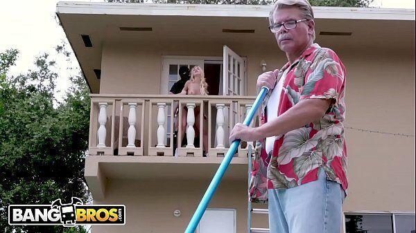Santo porno loira traindo seu marido com um bandido bem dotado enquanto seu marido corno fica limpando o jardim