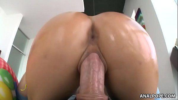 Morena cuzuda fazendo sexo no pelo dando a buceta