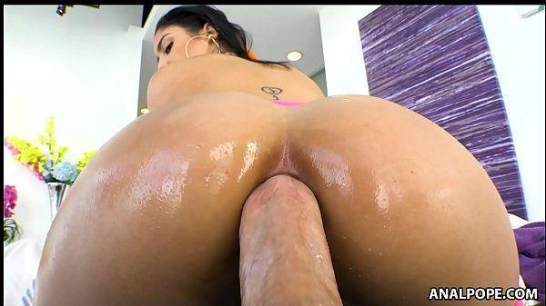 Morena pelada fazendo sexo anal sem camisinha