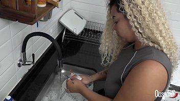 Doméstica gostosona peituda dando pro patrão