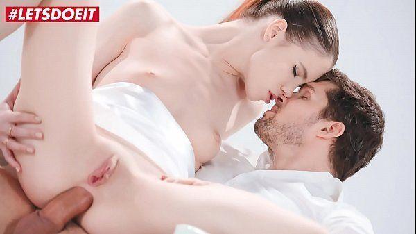 Branquinha fazendo sexo anal no pelo