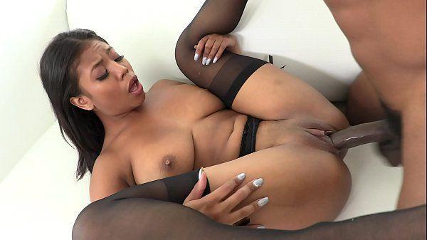 Porno negra gostosa dando o bucetão lisinho