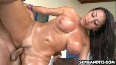 Mulher com peitões grandes e buceta pequena