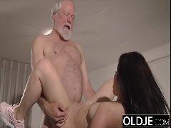 Vídeo de velho comendo a buceta da neta safada