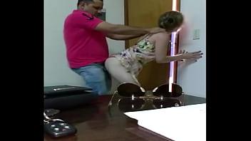 Sexo no escritório com o chefe dotado