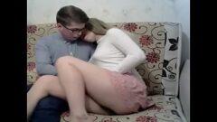 Nerd novinho comendo sua prima loira que é um verdadeiro tesão de novinha que da em cima dele no meio da sala