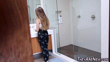 Porno de corno espiando a prima linda trocar de roupa dentro do banheiro