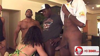Xvideo gostosa devorando a pica de um monte de negros bem dotados